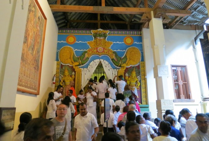 黄金の仏像とクリスタルの仏像が祀られている部屋
