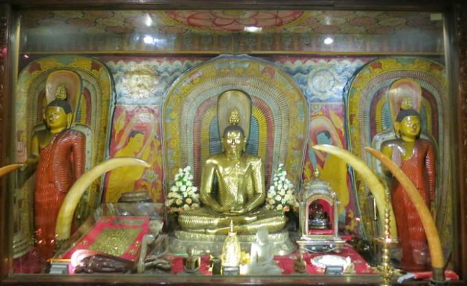 黄金の仏像とクリスタルの仏像