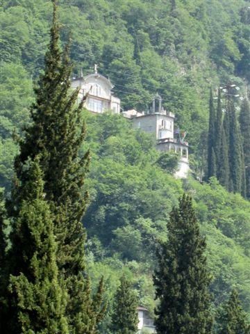 山の斜面に立つ別館