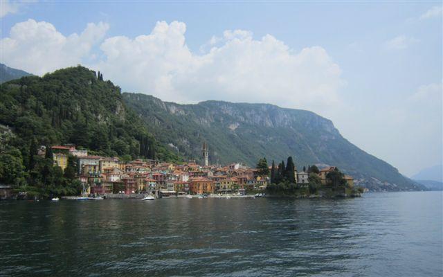 湖から見たヴァレンナの町