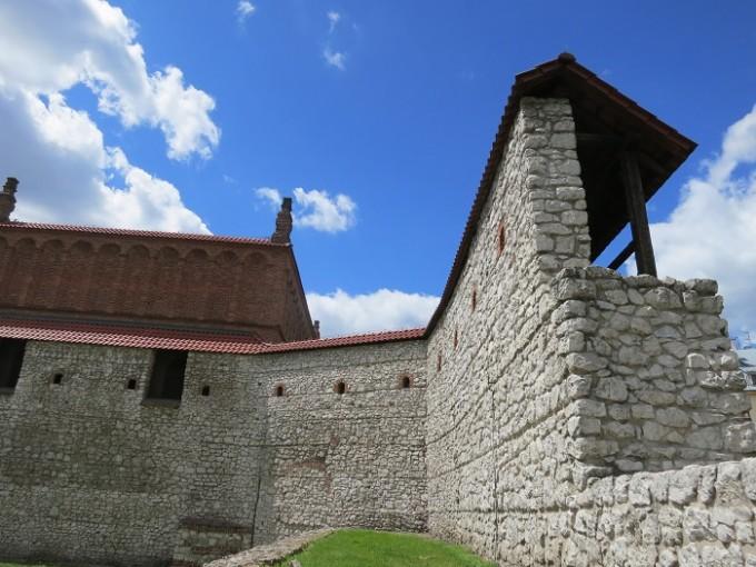 オールドシナゴーグの隣に残る14世紀のシティウォール