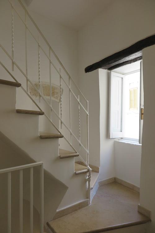 3階と続く階段