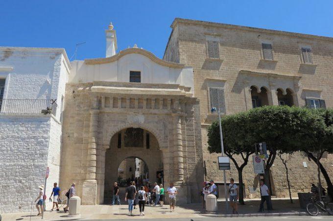 旧市街への入り口マルケサーレ門 (Arco Marchesale)